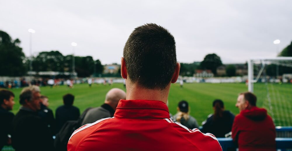 mand ser fodbold
